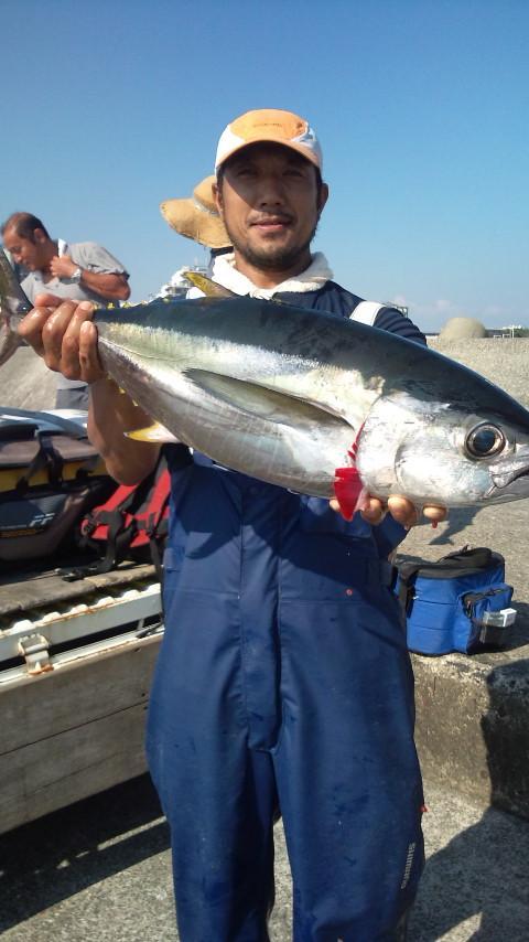 こちらも一本釣りにて良型キハダゲ~ット!