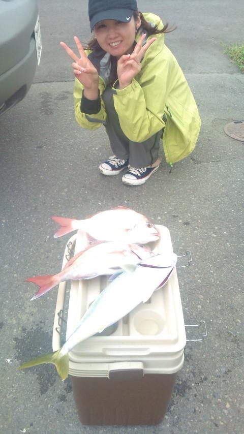 24日 船釣り初挑戦でタイ2枚も釣っちゃいました♥。大きいのが掛って仕掛けが切れちゃったりも!
