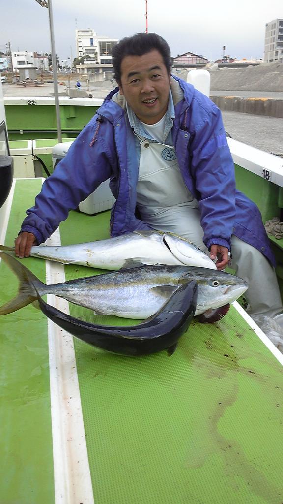 15日 アジ船にてサバの泳がせで釣ったブリ。6kgと8kg。他3kgも